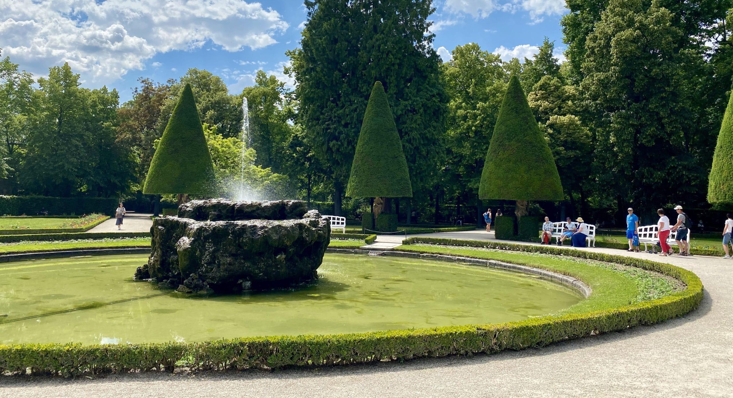 Felsenbrunnen im Südgarten