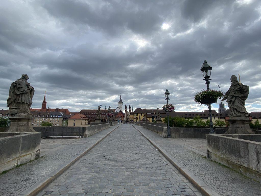 Alte Mainbrücke mit 12 Figuren