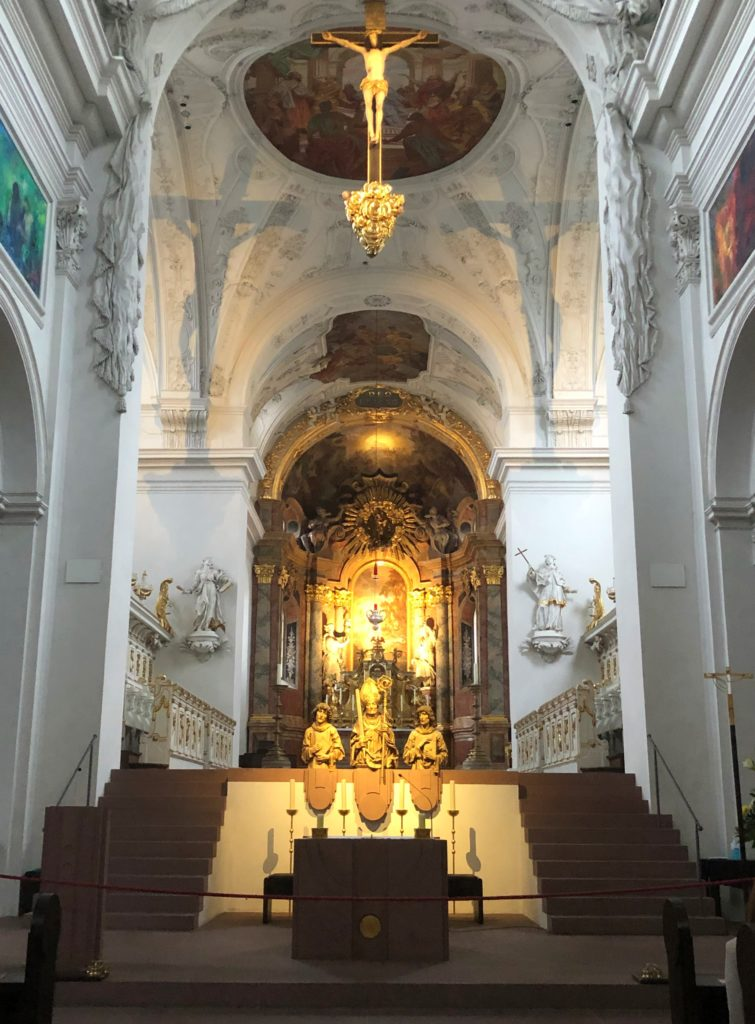 Altar in der Neumünster Kirche