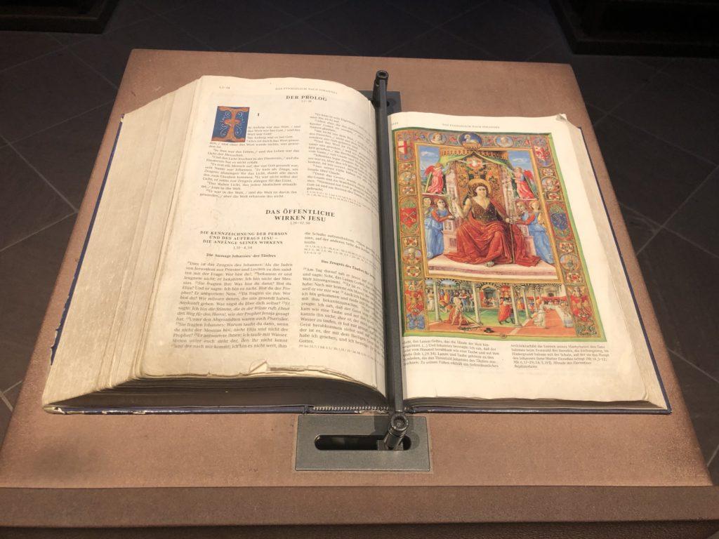 Bibel in der Neumünster Kirche