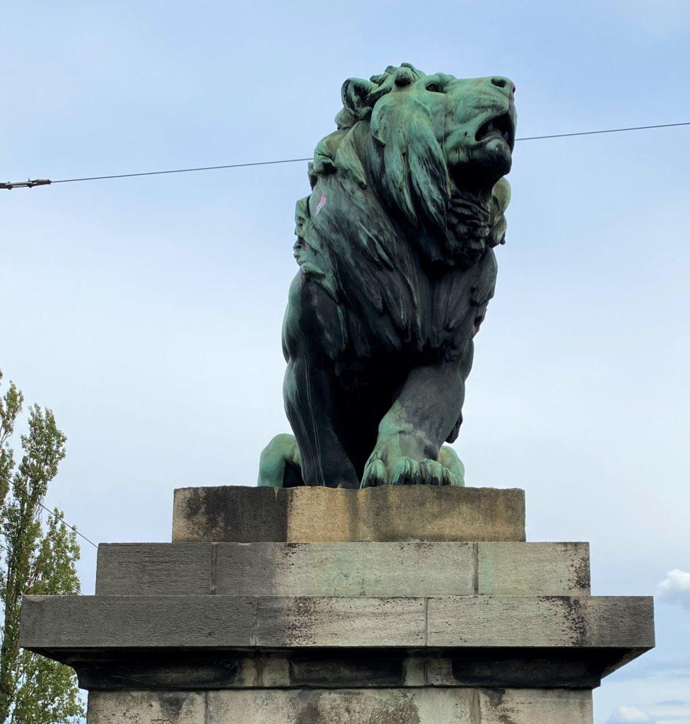 Löwe auf dem Sockel der Löwenbrücke