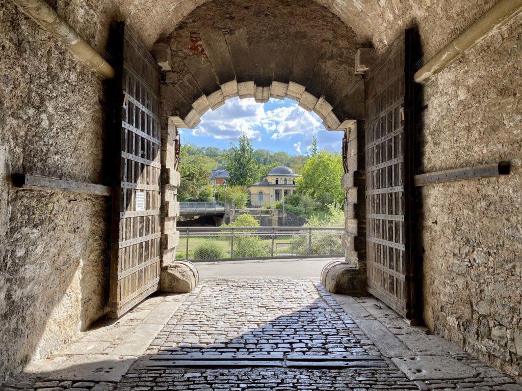 Blick durch das Zeller Tor auf den dahinterliegenden Landesgartenschaupark