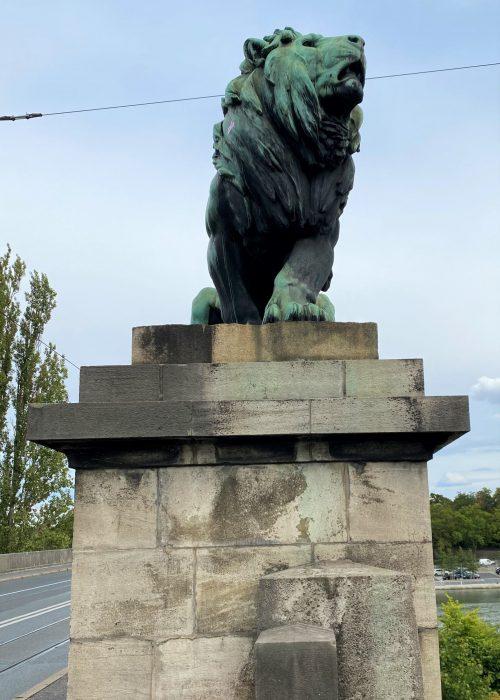 4 Löwen stehen auf der Löwenbrücke